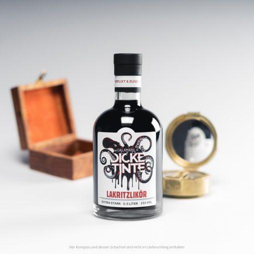 Produktfoto Dicke Tinte – Lakritzlikör mit Kompass im Hintergrund